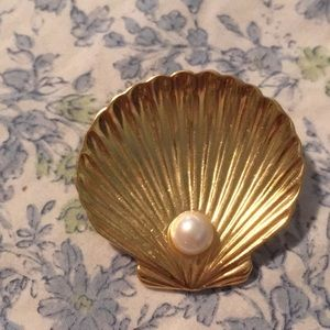 Jewelry - Beautiful shell brooch with pearl